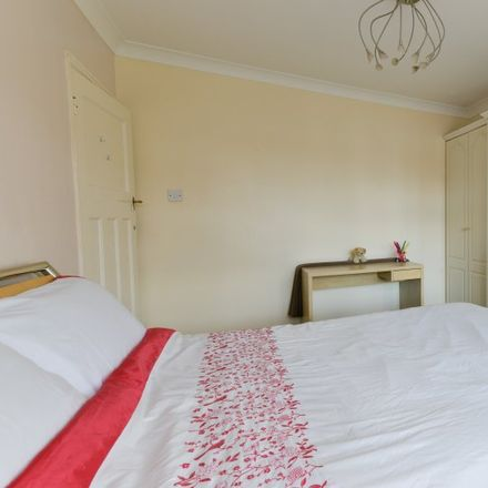 Rent this 8 bed apartment on Dellwood Gardens in London IG5 0EH, United Kingdom