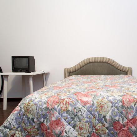 Rent this 3 bed room on Centro Paroquial in Praceta dos Combatentes da Grande Guerra, Algés