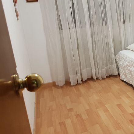 Rent this 3 bed room on Calle de la Toronga in 27, 28001 Madrid