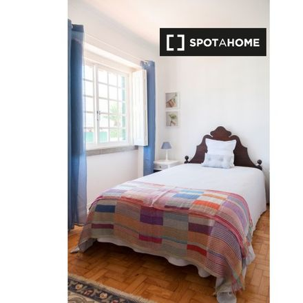 Rent this 5 bed room on Rua Luís Cerqueira in 2775-226 Carcavelos e Parede, Portugal