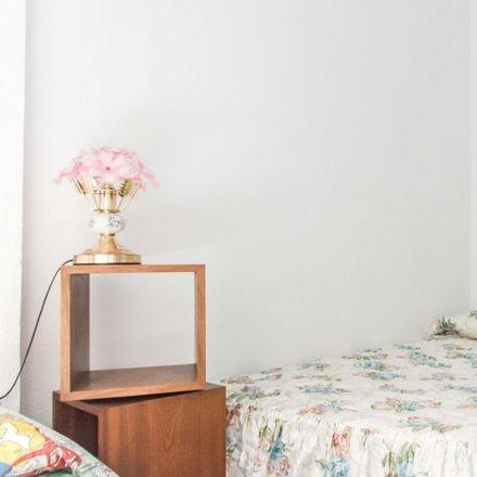 Rent this 8 bed apartment on Doner Kebab Tussar in Carrer de Cortes d'Arenós, 46014 Xirivella