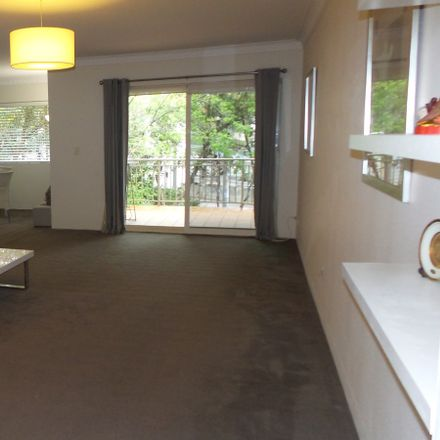 Rent this 3 bed apartment on 15-19 Longueville Road