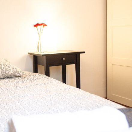 Rent this 4 bed room on Carrer dels Enamorats in 25, 08013 Barcelona