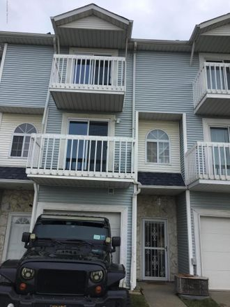 Rent this 2 bed townhouse on Country Dr S in Staten Island, NY