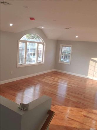 Rent this 3 bed duplex on Springfield Ln in Springfield Gardens, NY