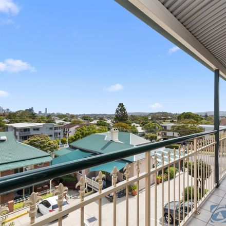 Rent this 3 bed apartment on 9/9 Wooloowin Avenue