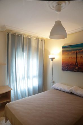 Rent this 3 bed room on Calle Rafael Alberti in 5, 41008 Sevilla