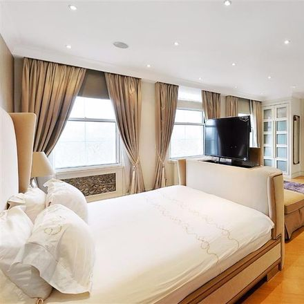 Rent this 5 bed apartment on Avenfield House in 118-127 Park Lane, London W1K 7QF