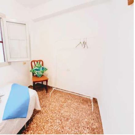 Rent this 4 bed room on Avinguda de Giorgeta in 46007 Valencia, Spain