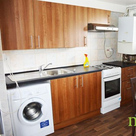 Rent this 3 bed apartment on Garfield Primary School in Palmers Road, London N11 1SN