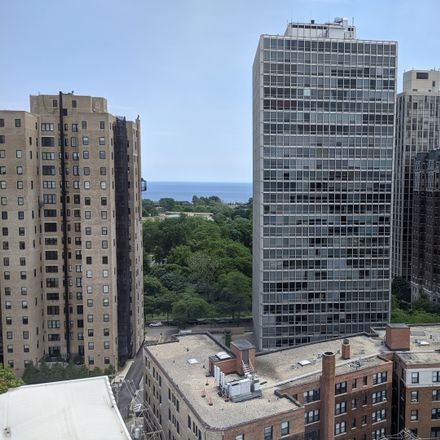 Rent this 2 bed condo on Casati's Pizza Vino in 444 West Fullerton Parkway, Chicago