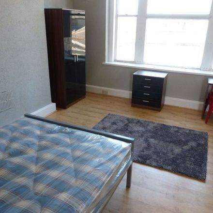 Rent this 5 bed apartment on PizzaExpress in High Street, Cardiff