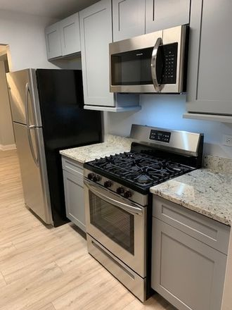 Rent this 2 bed townhouse on 200 Thames Parkway in Park Ridge, IL 60068